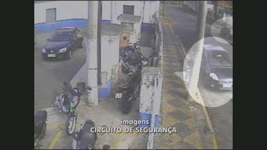 Câmeras flagram furto de carro em Santa Bárbara d'Oeste, SP - O furto de um carro foi flagrado por câmeras de segurança de uma empresa em Santa Bárbara d'Oeste (SP). Os criminosos fizeram uma ligação direta e levaram o veículo.