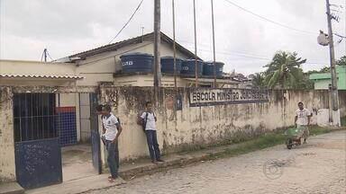 Em escola estadual de Jaboatão, alunos estudando em esquema de rodízio - Salas estão interditadas por causa da chuva, faltam professores, fardamento e material escolar.