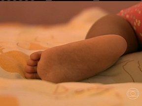 Bebê sobrevive após ser afogada por ladrões durante assalto em Cuiabá - Bandidos invadiram uma casa, em Cuiabá, e ficaram irritados porque a menina, de 1 ano, não parava de chorar. Eles tentaram afogar o bebê em um balde cheio de água e depois fugiram. A cachorrinha da família ajudou a encontrar a criança.