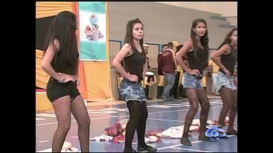 Através da dança, estudantes mostram a evolução da tecnologia no ALTV na Sala de Aula - Alunos de uma escola em Estrela de Alagoas estão no palco para mostrar a evolução da tecnologia e dos meios de comunicação.