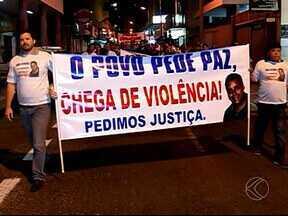 Parentes e amigos de jovem agredido em Uberlândia manifestam por justiça - Corretor de imóveis foi espancado após uma discussão de trânsito. Manifestação reuniu mais de 200 pessoas, segundo pai da vítima.