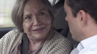 Bernarda e Bruno resolvem se unir para tentar ajudar Paloma - Os dois desconfiam de Félix. Bernarda promete descobrir o endereço da clínica onde Paloma foi internada