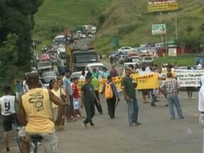 Manifestação fecha BR-101 na cidade de Itabuna na manhã desta sexta - O protesto era feito por integrantes de cooperativas que trabalham com transporte alternativo na região. Eles querem a abertura de licitação para novas linhas.