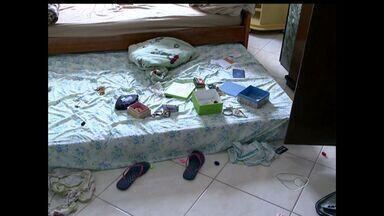 Família é feita refém na própria casa e suspeitos são presos, no ES - Quatro adultos e duas crianças foram amordaçadas por quatro suspeitos.Vizinho percebeu movimentação e chamou a Polícia Militar.