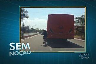 Jovem é flagrado pegando rabeira na traseira de ônibus, em Goiânia - Código de trânsito não possui uma referencia específica para essa situação. Ao perceber que estava sendo filmado, o ciclista escondeu o rosto.