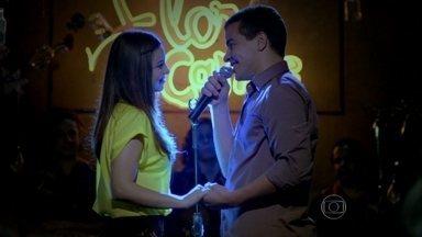 Rodrigo pede Amaralina em casamento - Ele a encanta ao som de Cazuza, cantando 'Exagerado', ela não resiste e aceita o pedido do tenente