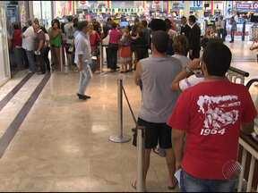 Fila enorme é formada em lotérica de um dos principais shoppings de Salvador - O motivo é o sorteio da Lotofácil da Independência que será realizado nesse sábado.
