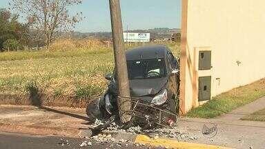 Acidente deixa duas pessoas feridas em Ribeirão Preto, SP - Motorista perdeu controle do carro e bateu em poste.