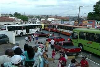 Motoristas de ônibus fazem paralisação no Centro de Sao Luís - Eles reivindicam o cumprimento de acordos firmados em maio, após a última greve da categoria. Segundo os motoristas, o salário deste mês veio com desconto.