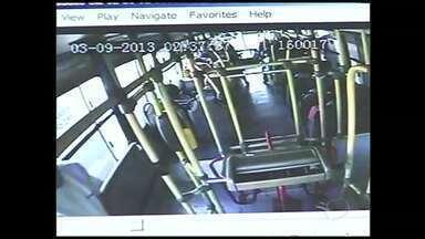 Imagens flagram assalto a ônibus em Volta Redonda, RJ - Ação do bandido foi captada pela câmera de segurança do transporte coletivo.