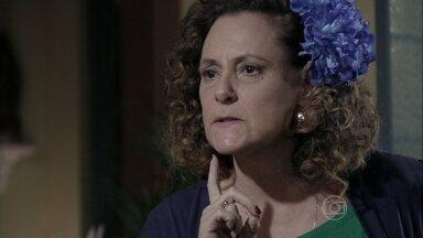 Márcia não aceita que Valdirene se case com Carlito - A ex-chacrete avisa que encontrará um milionário para a filha
