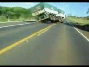 Caminhoneiros se arriscam em manobras pelas estradas - Na internet, há diversos vídeos de caminhoneiros fazendo a manobra conhecida como 'quebra de asa', quando o veículo tira as rodas do asfalto. O engenheiro mecânico alerta que essas manobras prejudicam os pneus, com desgastes irregulares.