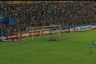 Eduardo Ramos abre o placar para o Paysandu, sobre o Ceará - Meia arrisca chute de longe, a bola quica na frente de Fernando Henrique e o engana.