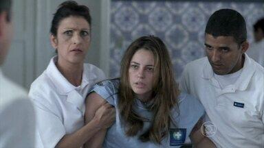 Paloma reconhece Bruno - O corretor tenta disfarçar na frente da enfermeira