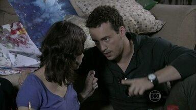 Daniel incentiva Linda a passear sozinha - Ele e Perséfone aconselham Neide a estimular a independência da garota. Daniel convida Perséfone para sair