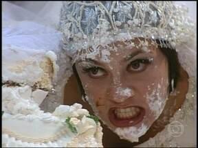Catarina e Petruchio fazem festa virar guerra de bolo - Após dançarem a valsa do casamento, o casal entra em atrito e começa uma verdadeira guerra com o bolo da festa.