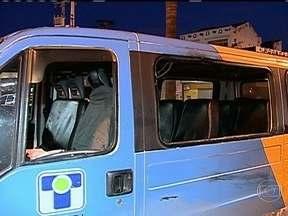 Polícia procura homem que atropelou e matou dois homem na Avenida Brasil - A polícia procura o homem que atropelou dois homens na última quarta-feira (18), na Avenida Brasil. Segundo testemunhas, o homem que tentou ajudar o motorista da van, era um usuário de crack.