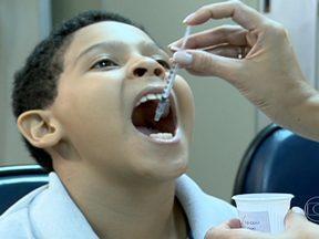 Começa tratamento do Matheus para acabar com a alergia ao leite - Matheus tomou um antialérgico e, em seguida fez um teste com várias diluições de leite no braço. Foi possível perceber a alergia, até mesmo no leite diluído.