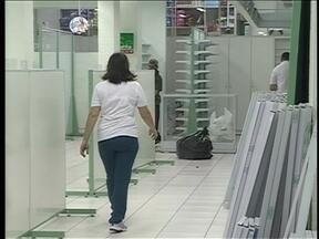 Comerciantes de Blumenau retiram objetos de valor com medo de alagamentos - Comerciantes de Blumenau retiram objetos de valor com medo de alagamentos