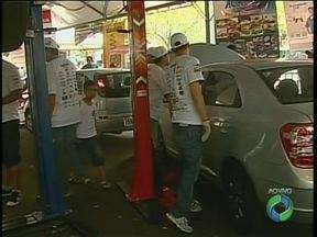 Donos de veículos esquecem de verificar pneus e água no motor - É o que ficou constatado em um trabalho de revisão de veículos, de graça, na Praça Raposo Tavares, em Maringá