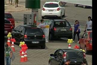 Motoristas enfrentam filas para abastecer com gasolina mais barata na capital - Motoristas enfrentam filas para abastecer com gasolina mais barata na capital