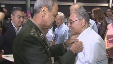 Jornalista Milton Cordeiro recebe homenagem militar durante entrega de premiação, no AM - Superior Tribunal Militar agraciou vice-presidente da Rede Amazônica de Rádio e Televisão.