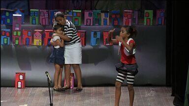 Depois de um ano de aulas de teatro, crianças apresentam peça - Espetáculo retrata vida nas favelas
