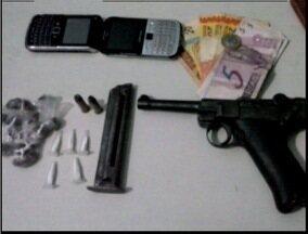 Adolescente de 17 anos é apreendido em ponto de tráfico de drogas em Teófilo Otoni - Pistola 9mm, drogas, facas, celulares, dinheiro e anotações referentes ao tráfico foram apreendidos.