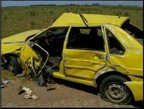 Três pessoas morrem em acidente na BR-101 em Campos, no RJ - Motorista teria se abaixado para pegar um objeto e perdeu o controle.O trânsito segue lento pelo acostamento e corpos estão no local.