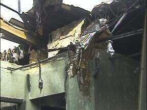 Incêndio destruiu uma casa e atingiu outra no Lagoa Dourada, em Foz - O fogo começou no quarto da vizinha. As chamas provocaram rachaduras na parede e derrubou o forro de uma casa. O