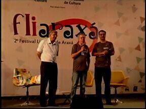 Projeto 'Árvore de Livro' é realizado em Formiga, MG - Evento aproveita Dia da Árvore para incentivar leitura. Iniciativa é promovida pela Biblioteca Pública Municipal.
