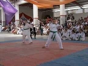 Portadores de síndrome de down participam de competição de karatê - O campeonato nacional é realizado em Caruaru até domingo.