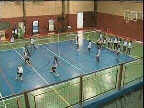 Estudantes passam 24 horas jogando vôlei em Guarapuava - O desafio começou na manhã desta sexta. Equipes se revezaram em quadra pra bola não parar.