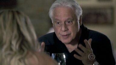 César tenta convencer Pilar a abrir mão de sua parte no hospital - Ela se irrita ao perceber que o médico está tentando enganá-la e jura vingança