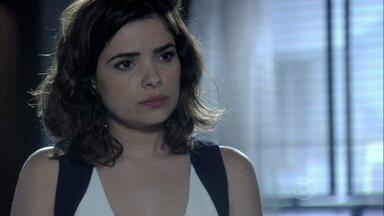 Aline faz César acreditar que ela se preocupa com o futuro do filho - A secretária manipula o médico