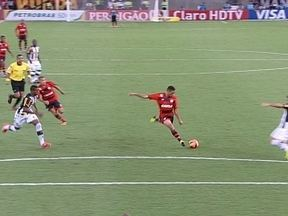 Hernane arrisca de longe e leva perigo ao gol de Jefferson no primeiro minuto do 1º tempo - Hernane arrisca de longe e leva perigo ao gol de Jefferson no primeiro minuto do 1º tempo