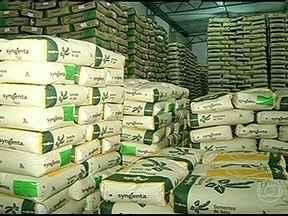Produtores de soja do Paraná estão prontos para começar o plantio da safra - Agora é hora de buscar nas cooperativas, os insumos que foram comprados com bastante antecedência. A movimentação de produtores nos armazéns é grande.