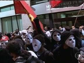 Oito pessoas são detidas em manifestação no centro do Rio - Um grupo protestou contra o governador Sérgio Cabral e a lei que proíbe o uso de máscaras. Os manifestantes se reuniram em frente ao prédio do Ministério Público e seguiram em passeata até a Alerj. Muitos estavam com o rosto coberto.