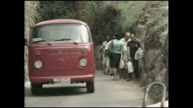 Mesmo com proibição, pedestres e ciclistas passam por ponte de ferro em Cachoeiro - O local oferece riscos para quem decide passar a pé ou de bicicleta.