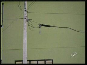 Moradores estão sem telefone depois que caminhão danificou fios em Itararé, SP - Comerciantes e moradores do Bairro Tonico Adolfo, em Itararé (SP), estão sem serviço de telefonia depois que caminhão passou por uma rua do bairro e danificou fios da rede telefônica.