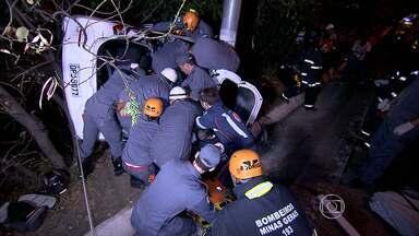 Homem morre e jovem fica ferido em acidente no Anel Rodoviário de BH - Carro ficou pendurado à beira da marginal, no sentido Belo Horizonte - Vitória.