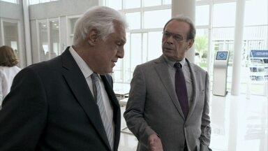 Herbert fica surpreso com a separação de César e Pilar - Ele sente a falta de Félix no hospital. César conta que se decepcionou com o filho