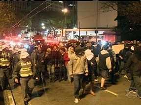 Protesto acaba em confusão em São Paulo - Uma manifestação que aconteceu na noite de sexta-feira (27) terminou em confusão e pancadaria na cidade de São Paulo. Houve protestos em frente ao prédio onde funciona a OAB, o PT e em uma casa de eventos onde o partido fazia uma festa.