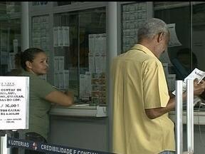 Moradores estão com dificuldade para pagar contas durante greve dos bancários - Os moradores do Distrito Federal estão reclamando da dificuldade em pagar contas com a greve dos correios e dos bancários. Alguns moradores optaram por colocar tudo em débito automático.