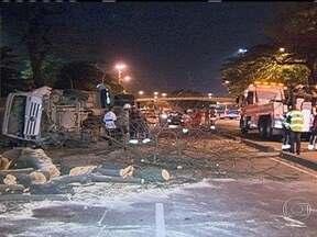 Caminhão bate em árvore e tomba perto do Aeroporto Santos Dumont - O acidente ocorreu na madrugada desta quarta-feira (2). O veículo, que transportava entulho, seguia no sentido Praça Mauá, quando bateu numa árvore e tombou. O acesso à Perimetral chegou a ser interditado.