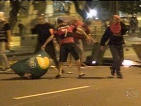 Imagens mostram cenas de vandalismo no Centro - Após uma noite marcada por protestos, várias ruas do Centro apresentam um cenário de destruição. Imagens mostram a confusão na região, que teve confrontos entre policiais e manifestantes.