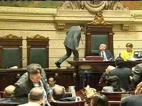 Votação é marcada por tumultos no plenário da Câmara de Vereadores - A votação do plano de cargos e salários dos professores municipais foi marcada por tumultos. Os professores foram proibidos de entrar no local. Os vereadores da oposição abandonaram a sessão.