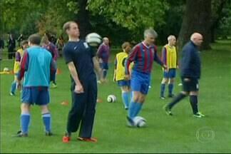 Príncipe William organiza jogo de 'futebas no quintal da vovó' - Foi a primeira partida de futebol realizada dentro do Palácio de Buckingham