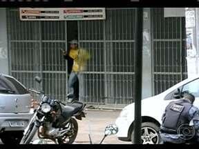 Criminosos mantêm 16 reféns em casa lotérica no Acre - Dezesseis pessoas estão sendo mantidas reféns numa casa lotérica em Rio Branco, no Acre. A polícia negocia com três bandidos. Houve troca de tiros e o clima é tenso.