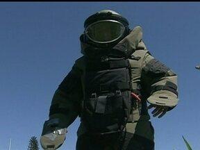 Polícia do DF recebe 55 trotes com ameaças de bomba - A polícia do Distrito Federal recebeu este ano 55 trotes com ameaças de bombas. Simulação do Bope mostra quantas pessoas e equipamentos são mobilizados para a operação.